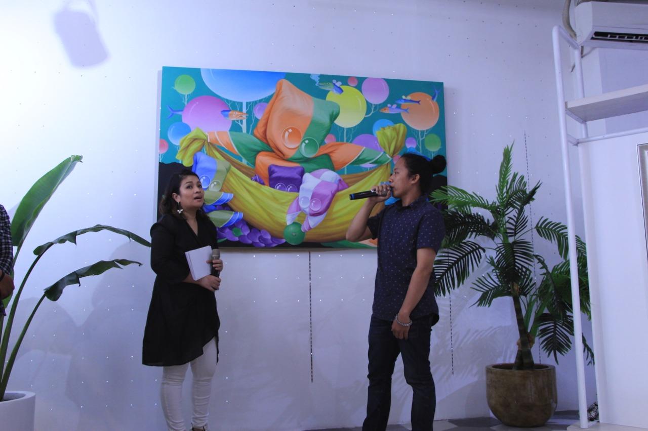 Agustan menjelaskan karyanya kepada para peserta